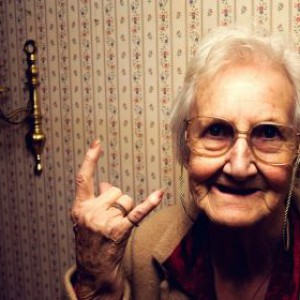 rock_funny_grandmother_old_woman_devil_horns_hand_desktop_1280x800_hd-wallpaper-788722